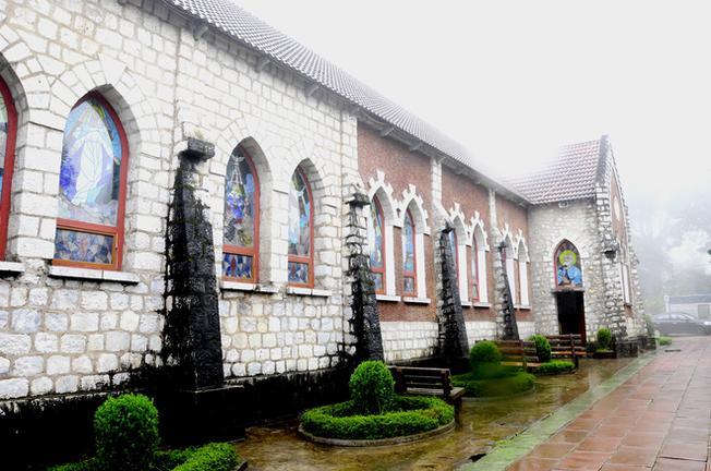 Những cửa sổ đầy màu sắc tái hiện cuộc đời của Đức Chúa