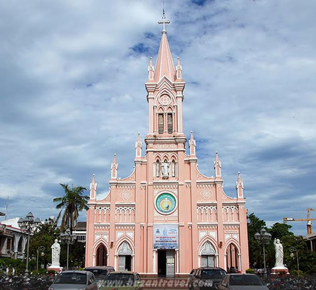 Nhà thờ Con Gà với kiến trúc Châu Âu độc đáo