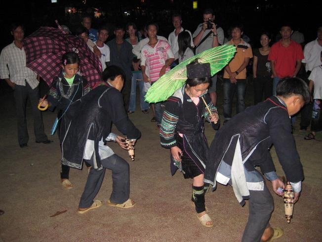 Tiếng khèn và những điệu múa đặc sắc trong đêm chợ tình Sa Pa