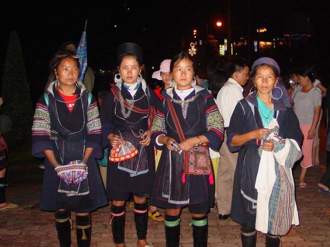 Những cô gái sơn nữ xúm xính váy áo đi chợ tình Sa Pa – điểm du lịch Sa Pa nổi tiếng