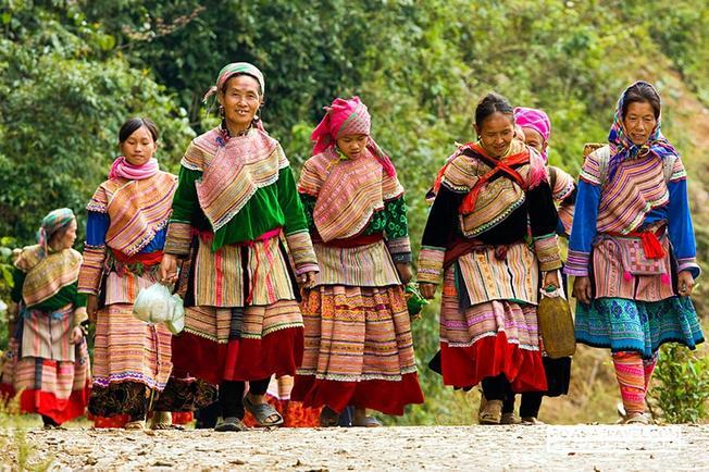 Những cô gái người Dao đi chợ tình Sa Pa – nét đẹp của điểm du lịch Sa Pa