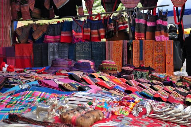 Thổ cẩm và trang sức được bày bán phổ biến ở chợ Cao Sơn