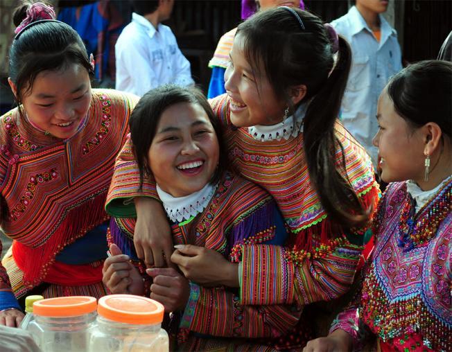 Những cô thiếu nữ dân tộc thiểu số xinh đẹp trong chợ phiên Mường Hum