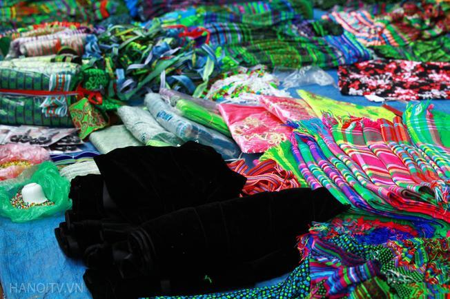 Hàng thổ cẩm được bày bán phổ biến và đặc sắc nhất chợ Mường Hum