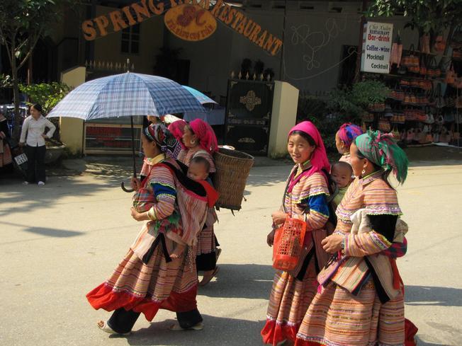 Những cô gái miền sơn cước đi chợ phiên Cán Cấu