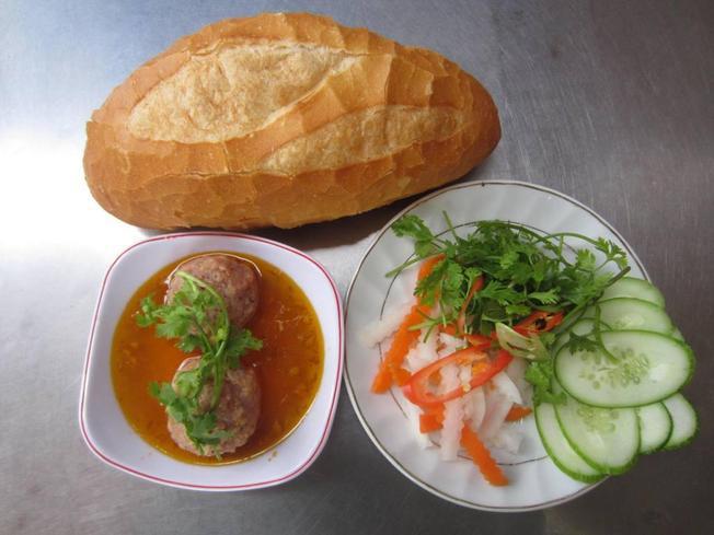 Bánh mì xíu mại – món sáng quen thuộc của người Đà Lạt