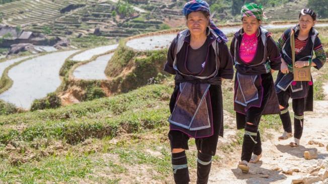 Lên Sa Pa, du khách sẽ bắt gặp người H'Mông với trang phục truyền thống
