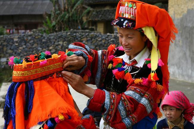 Cô dâu rực rỡ trong ngày cưới của dân tộc Hà Nhì ở Sa Pa