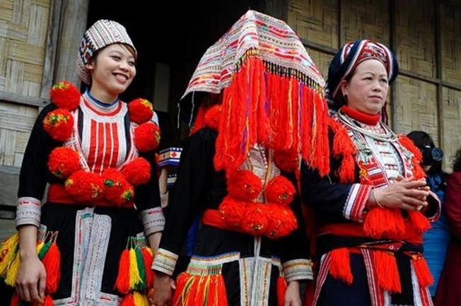 Trang phục cô dâu đầy màu sắc rực rỡ của người Dao Đỏ trên Sa Pa