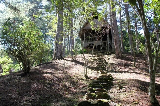 Những căn nhà nằm chênh vênh trên sườn đồi