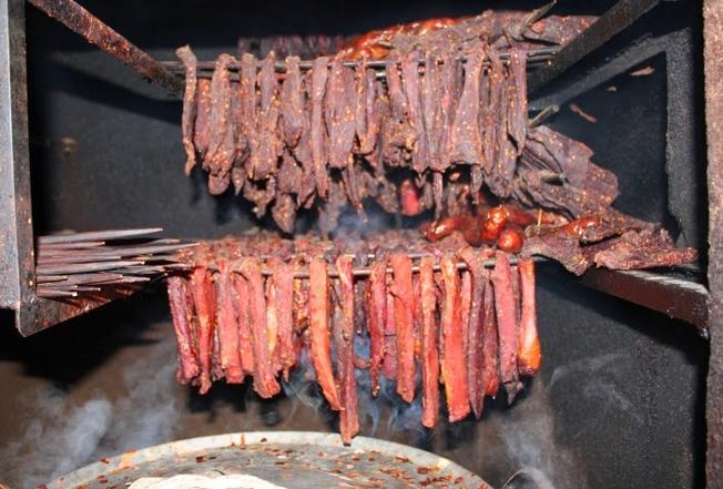 Thịt được xâu lại thành chuỗi bởi những thanh tre nhọn và được nướng trên than hồng