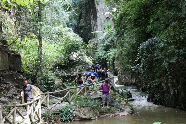 Vượt cầu thang bộ hàng trăm mét khám phá nét đẹp thác Datanla