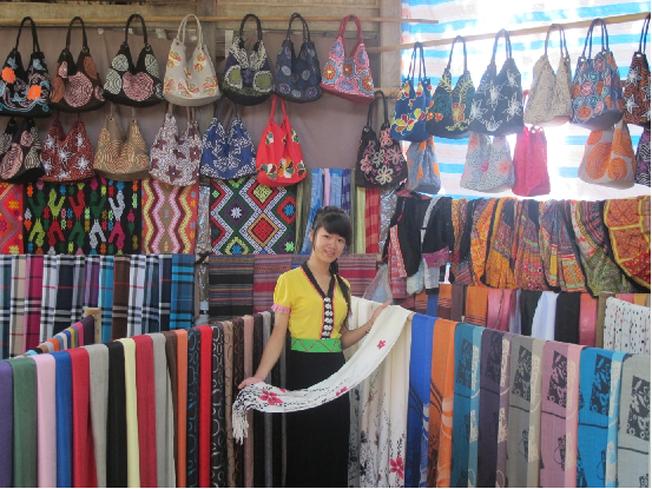 Cô gái bán hàng duyên dáng