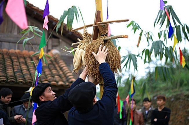 Cây nêu đang được dựng tại lễ hội