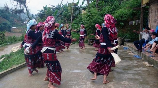 Người dân nhảy múa