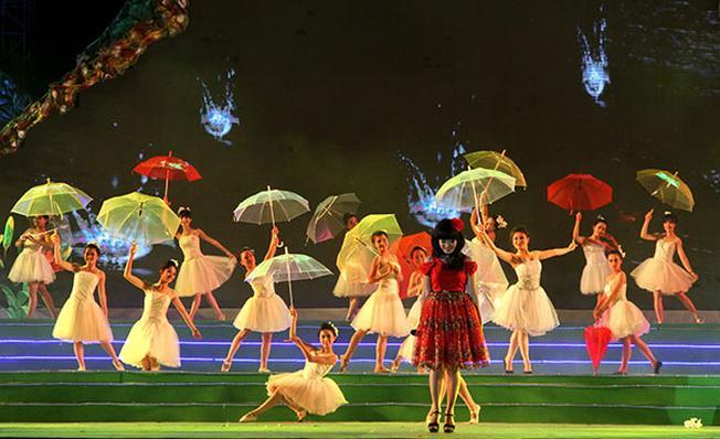 Rực rỡ sắc màu ô trong lễ hội mưa Đà Lạt