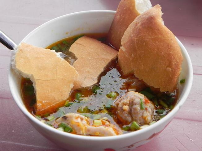 Xé nhỏ bánh mì cho vào nước súp tạo hương vị đậm đà cho miếng bánh