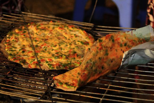 Bánh được nướng trên bếp than hồng đượm