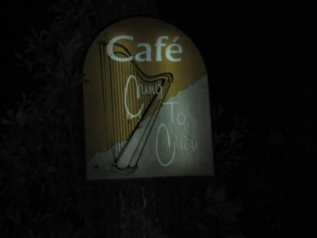 Biển quán Cung Tơ Chiều mờ ảo trong đêm