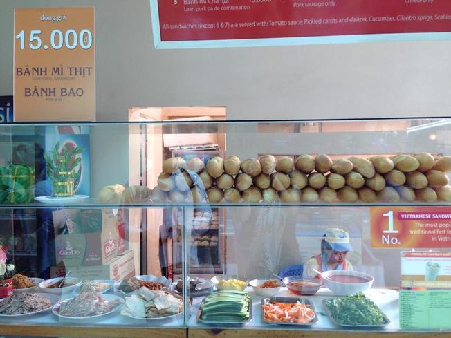 Một điểm bán đồ ăn sáng tại trạm dừng chân Hưng Lộc