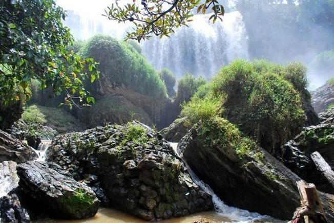 Dòng nước trong veo tuôn chảy qua sườn núi đá hoa cương