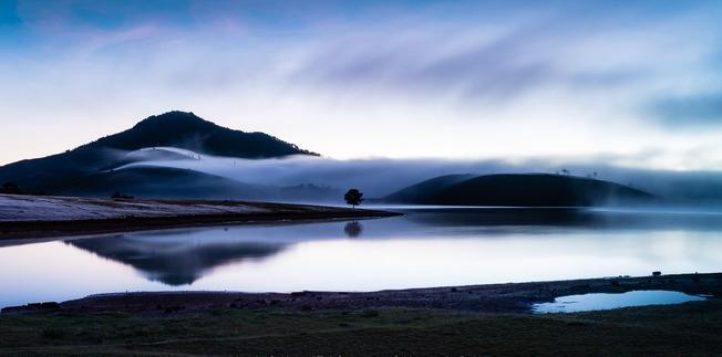 Buối sớm sương mai giăng trên mặt hồ Suối Vàng – Dankia
