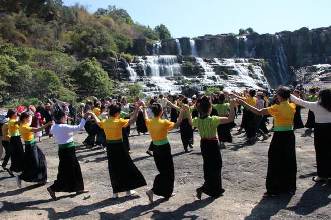 Say đắm trong các vũ điệu tại lễ hội mùa xuân tại thác Pongour