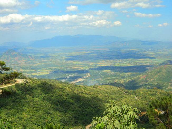 Dưới chân đèo D'ran một màu xanh của núi rừng