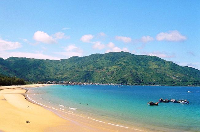 Bãi biển Đại Lãnh với bờ cát vàng trải dài và mặt nước trong xanh