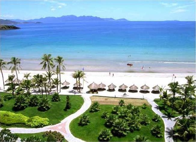 Bãi Trũ với bờ cát trắng và hàng cây xanh ngắt