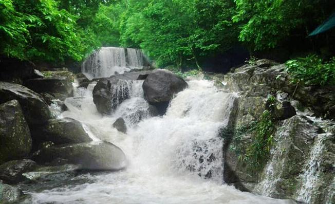 Suối Tiên bắt nguồn từ đỉnh Hòn Bà cao 800m