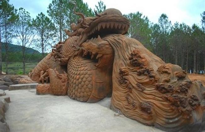 Đầu rồng điêu khắc ngay tại lối vào