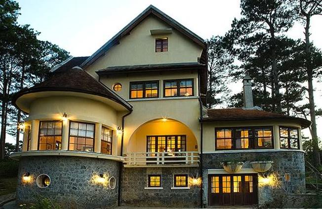 Biệt thự có kiến trúc Pháp cổ nằm giữa ngàn thông xanh mướt