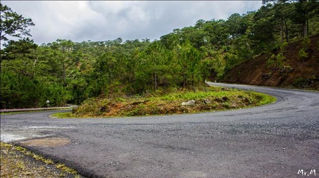 Một đoạn đường quanh co dẫn vào làng