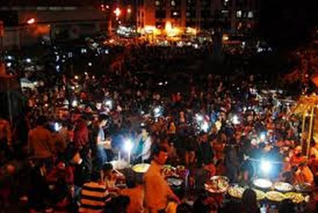 Đà Lạt về đêm Hòa mình vào dòng người đông đúc và thưởng thức các món ngon ở chợ đêm Âm Phủ