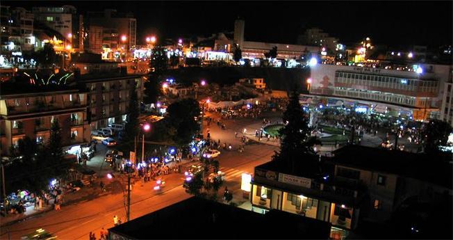 Đà Lạt về đêm cũng nhộn nhịp, sôi động với hoạt động ăn uống, vui chơi ở khu chợ đêm