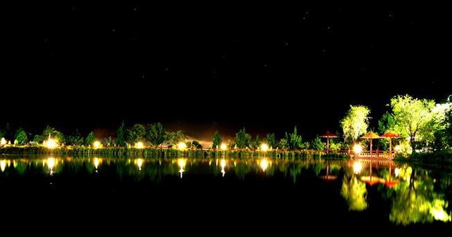 Thưởng thức hương vị cà phê phố núi, ngắm nhìn cảnh hồ Xuân Hương thơ mộng với bao ánh đèn ngợp sắc màu