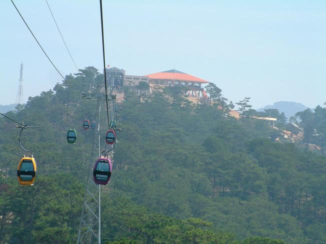 Trải nghiệm cảm giác đi cáp treo lên thiền viện Trúc Lâm