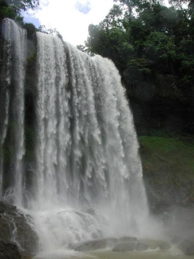 Tiếng thác nước va vào đá như tiếng chúa sơn lâm đang gầm thét