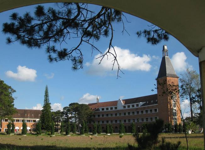 Không gian thoáng đãng, khung cảnh yên bình và lãng mạn của ngôi trường