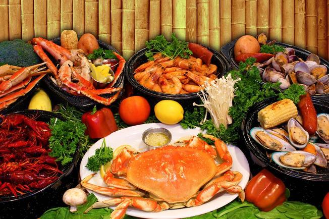 Làng chài hấp dẫn các du khách với những món hải sản tươi sống