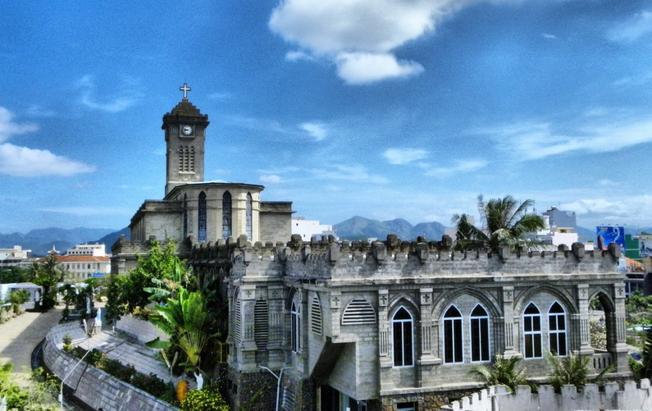 Nhà thờ Núi tọa lạc giữa lòng thành phố (Ảnh sưu tầm)