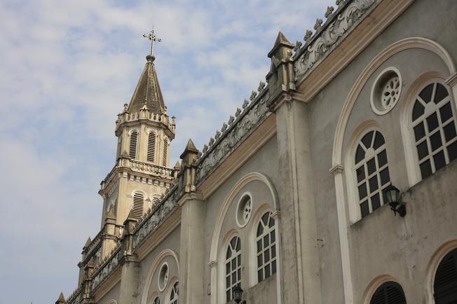 Đỉnh nhà thờ đặt tháp chuông và thánh giá