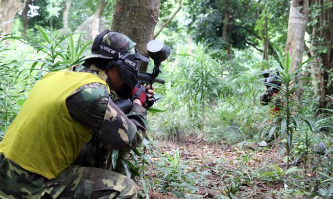 Dịch vụ bắn súng sơn thu hút lượng lớn du khách tham gia