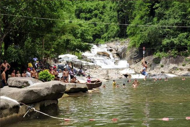Dòng thác Yang Bay thu hút nhiều du khách