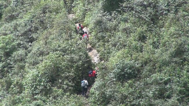Cheo leo đường lên đỉnh Fansipan