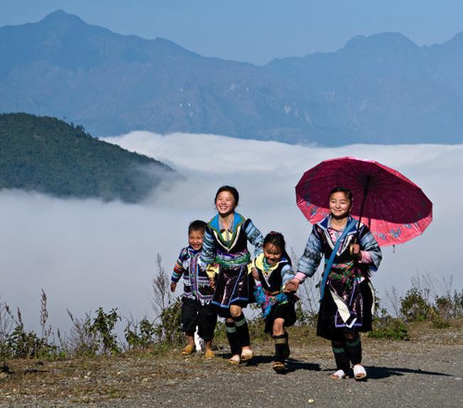 Những em bé người Mông đang trên đường tới trường