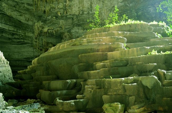 Những phiến đá xếp chồng lên nhau trong hang