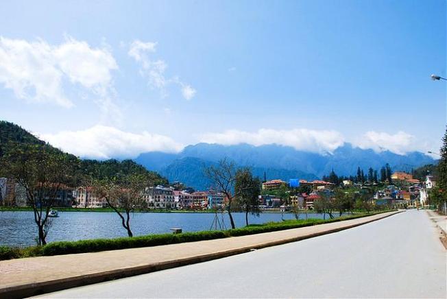 Con đường xung quanh hồ