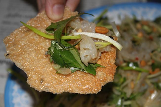 Nộm sứa ăn kèm bánh đa nướng